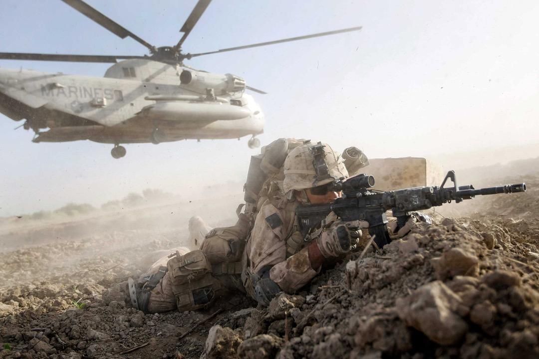 2009年7月2日,阿富汗赫爾曼德省南部Mian Poshteh地區,一名美軍海軍陸戰隊士兵步出直升機後在地上找掩護。該次任務目的是要控制活躍於南部地區的塔利班武裝分子的活動,讓當地人民能夠在即將舉行的總統大選中安全地投票。