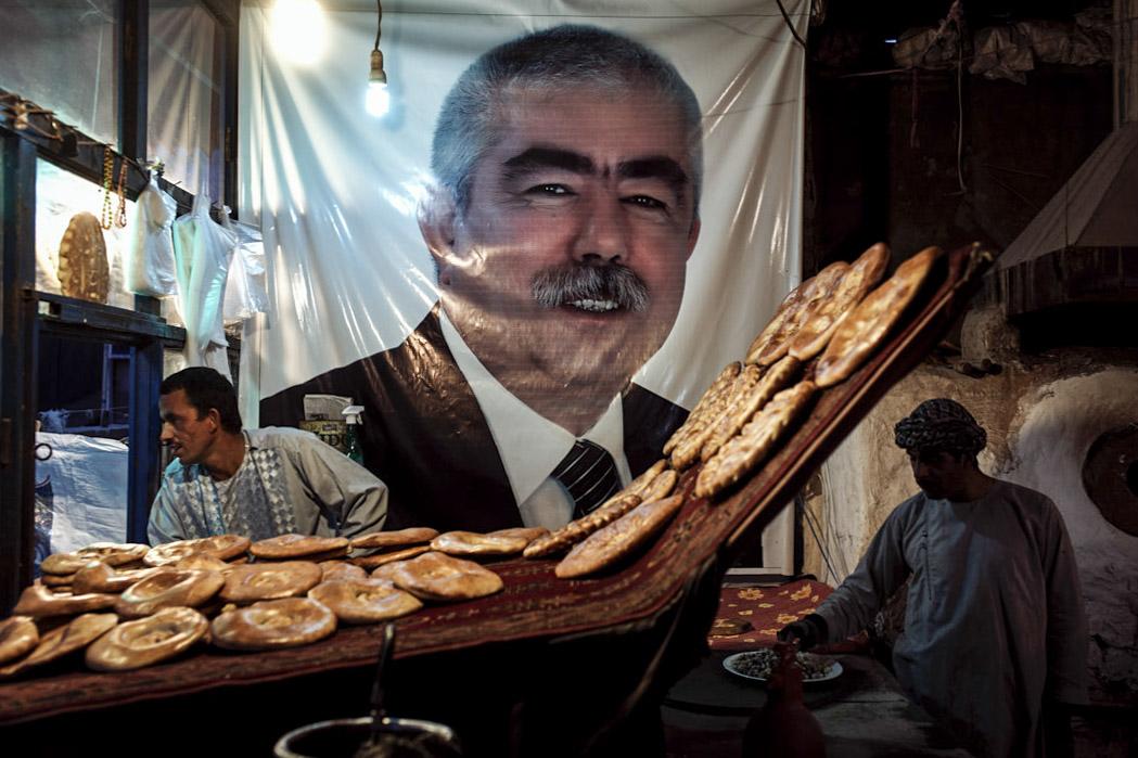 喀布爾鬧市區舍爾浦的一處烏茲別克人烤饢店,牆上張貼着前副總統、烏茲別克裔軍閥杜斯塔姆的照片。