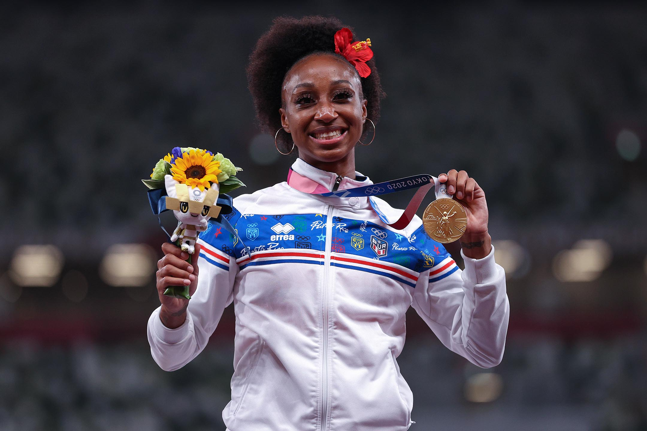 2021年8月2日日本東京,女子 100 米欄獎牌儀式上,波多黎各的金牌得主 Jasmine Camacho-Quinn 在領獎台上舉起獎牌。
