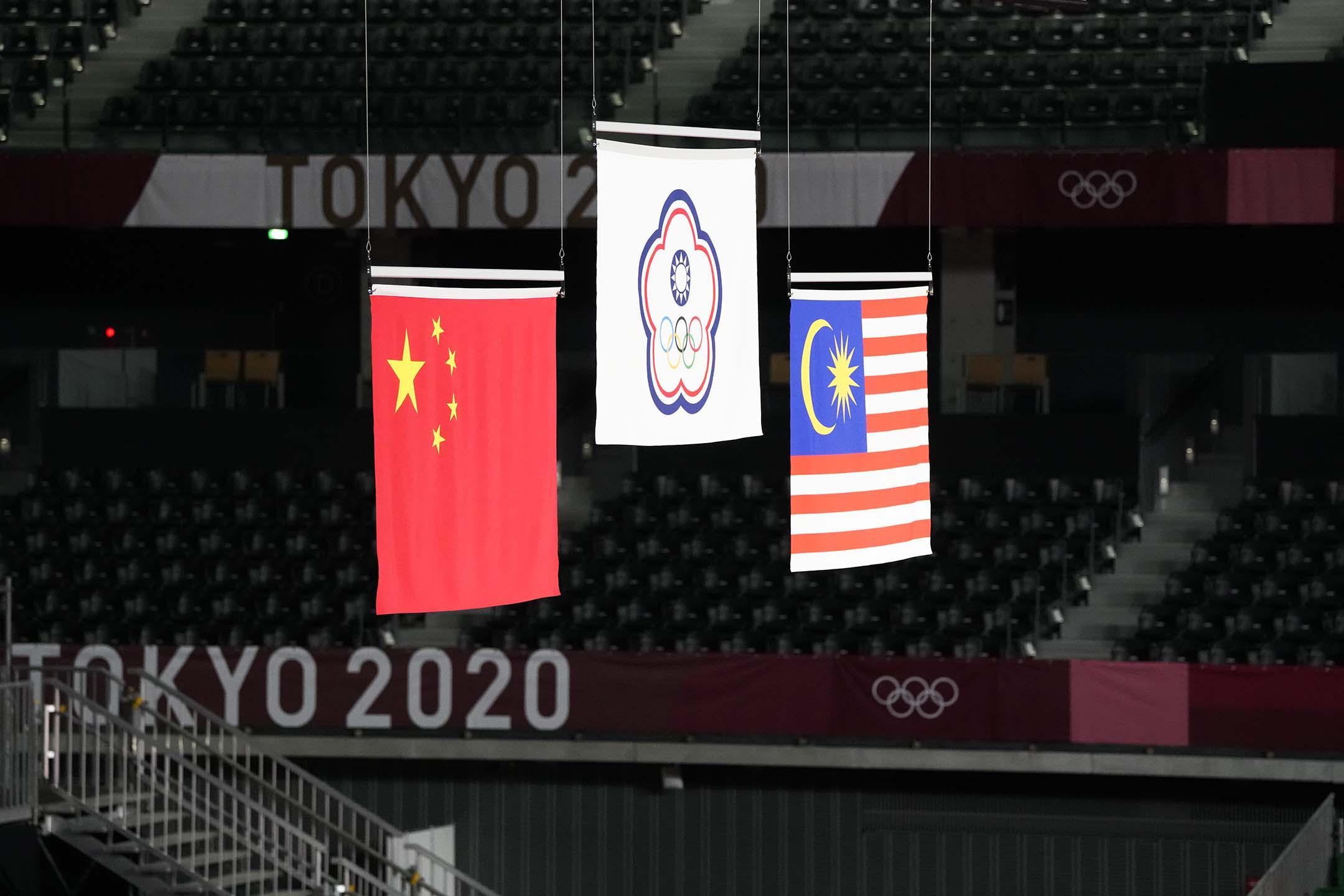 2021年7月31日日本東京奧運會男子雙人羽毛球比賽獎牌儀式上,中華奧林匹克委員會會旗(中)。