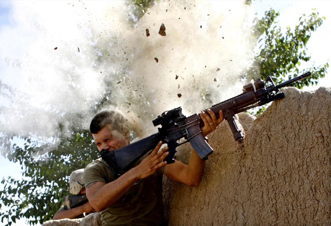 2008年5月18日,阿富汗赫爾曼德省,美國海軍陸戰隊第24遠征部隊中士威廉與塔利班武裝分子在加姆西爾地區駁火時,險被子彈擊中。