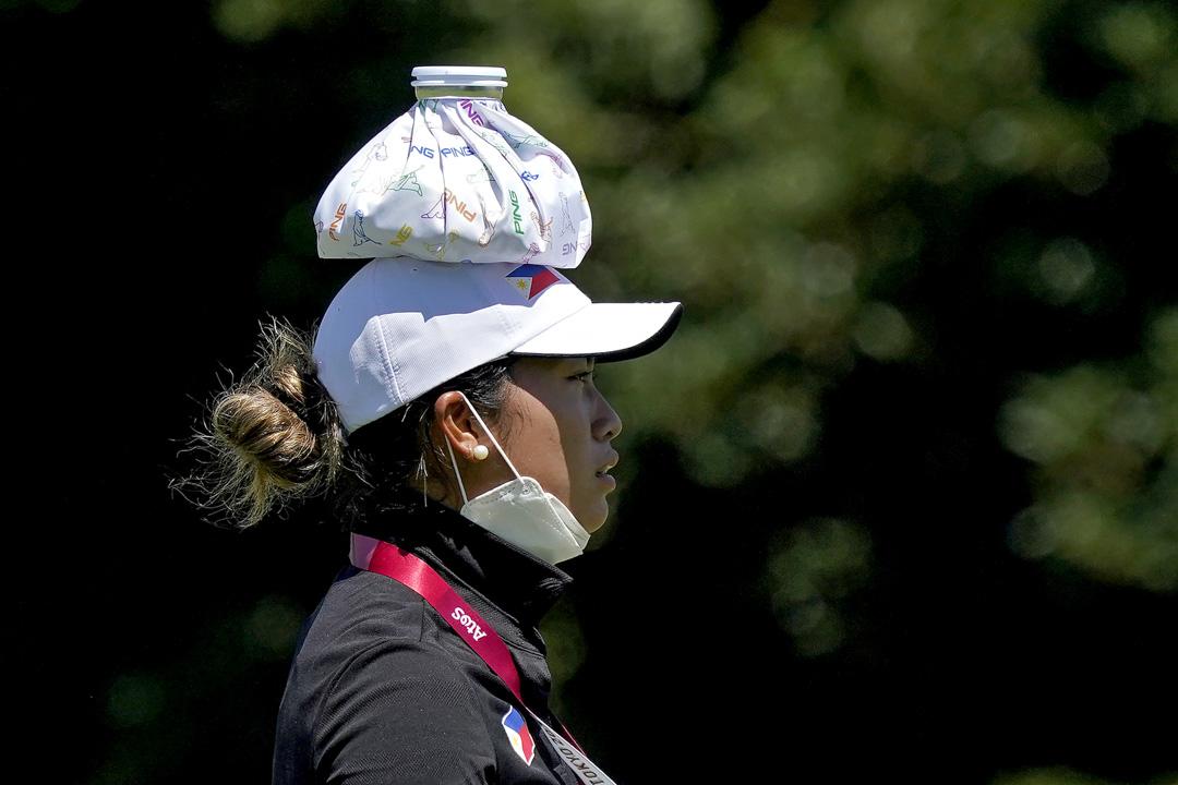 2021年8月3日,菲律賓高爾夫球選手Bianca Pagdanganan在女子高爾夫球熱身賽時將冰袋放在頭上降溫。