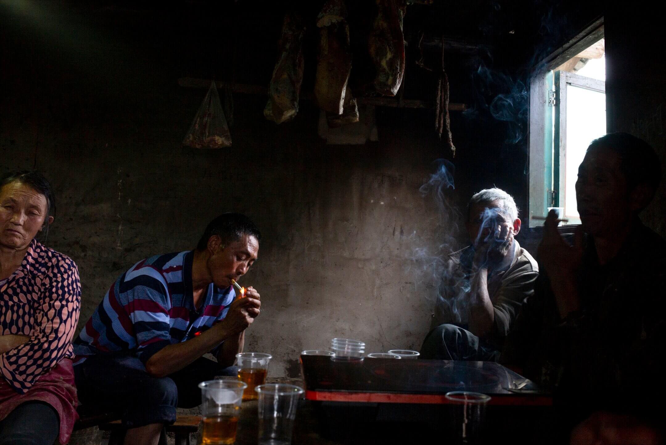 貴州省余慶縣,梅子坡村民吳光輝和妻子曾目睹衞星「墜落」,那次恰好砸中了鄰居老周的房子。 攝:林振東/端傳媒
