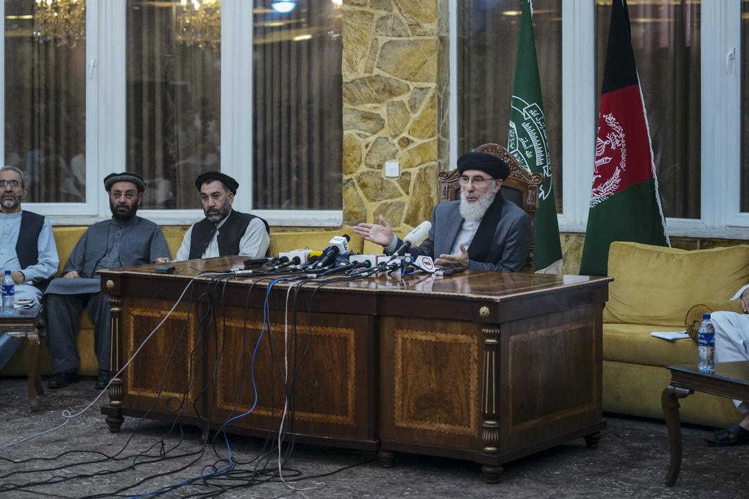 2018年7月,古勒卜丁·希克馬蒂亞爾(右一)在伊斯蘭黨總部召開面向國際媒體的新聞發布會。