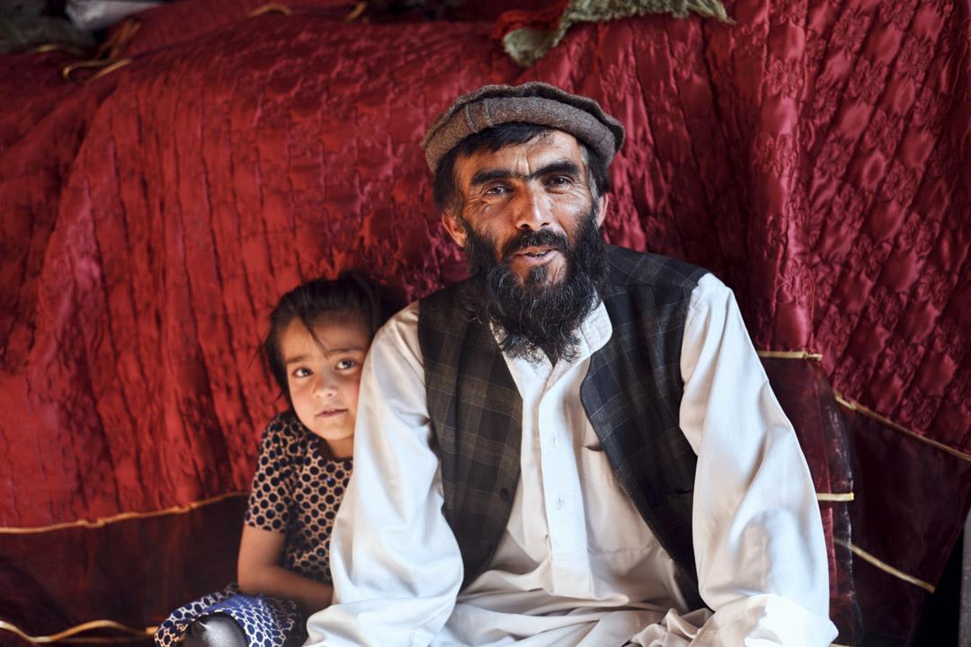 謝克爾·穆罕默德和他的小女兒在喀布爾的家中。