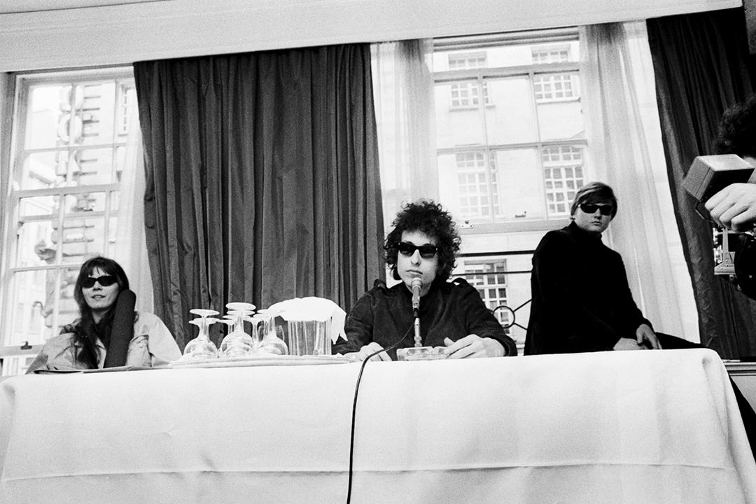 1966年5月,卜戴倫(Bob Dylan)在英國倫敦一間酒店舉行記者招待會。 攝:Fiona Adams / Redferns via Getty Images