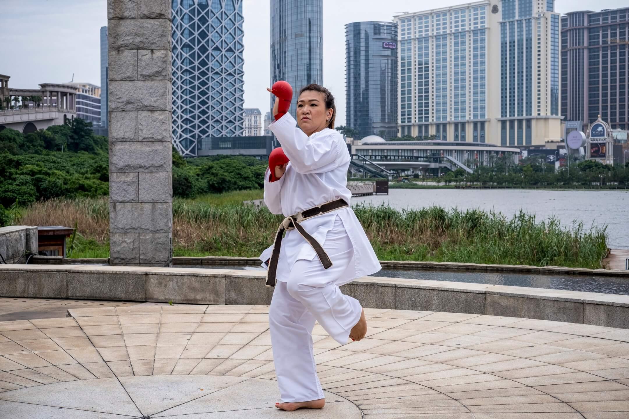 2021年8月7日上午,日本東京奧運即將角逐空手道奬牌賽之際,賈嘉慧穿上空手道袍,在澳門氹仔龍環葡韻示範空手道架式。