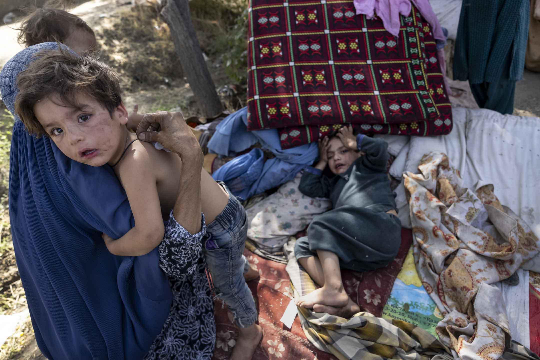 2021年8月10日,流離失所的阿富汗人拼命離開家園,抵達一個臨時營地,自從美軍今年加快撤軍以來,塔利班已經逐漸控制阿富汗。 攝:Paula Bronstein /Getty Images