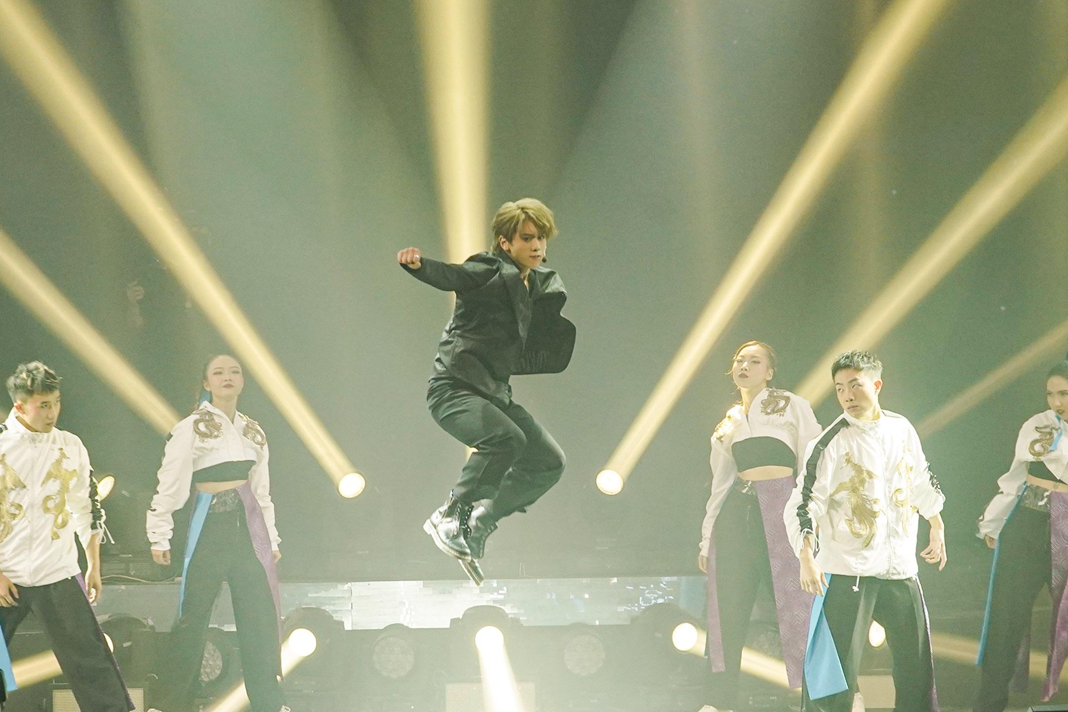 2021年5月11日香港,香港組合 Mirror 的成員姜濤於音樂會舞台上表演。