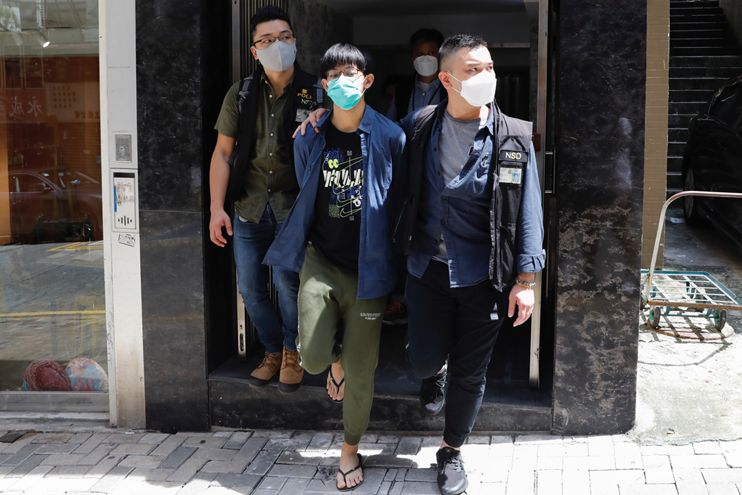 2021年8月18日,警察押解港大學生杜林丞亨到北角建華街一單位搜查,至下午二時離開。警員帶走小量物品,包括一本香港特區護照。 攝:林振東 / 端傳媒