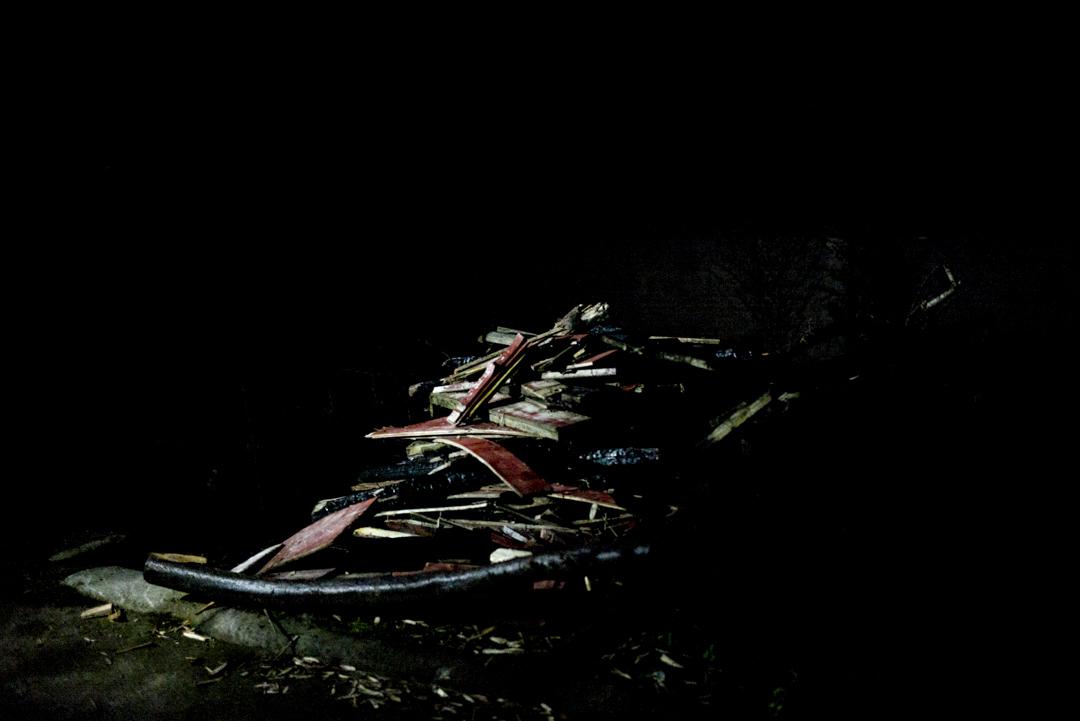 民同村遭衞星墜落的現場,還遺留一些牛圈處的木板。