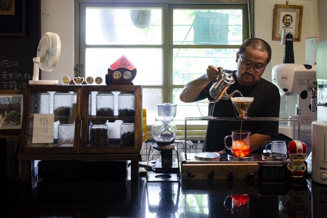 回到中興新村經營咖啡店的曾伯義。