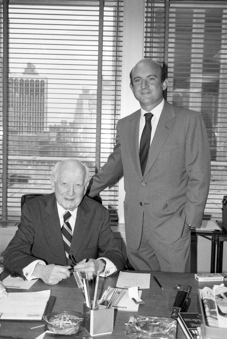 Maurice Robinson 是美國學樂集團(Scholastic Corp.) 的創始人,旁是兒子小理查德·羅賓遜(M. Richard Robinson Jr.)。