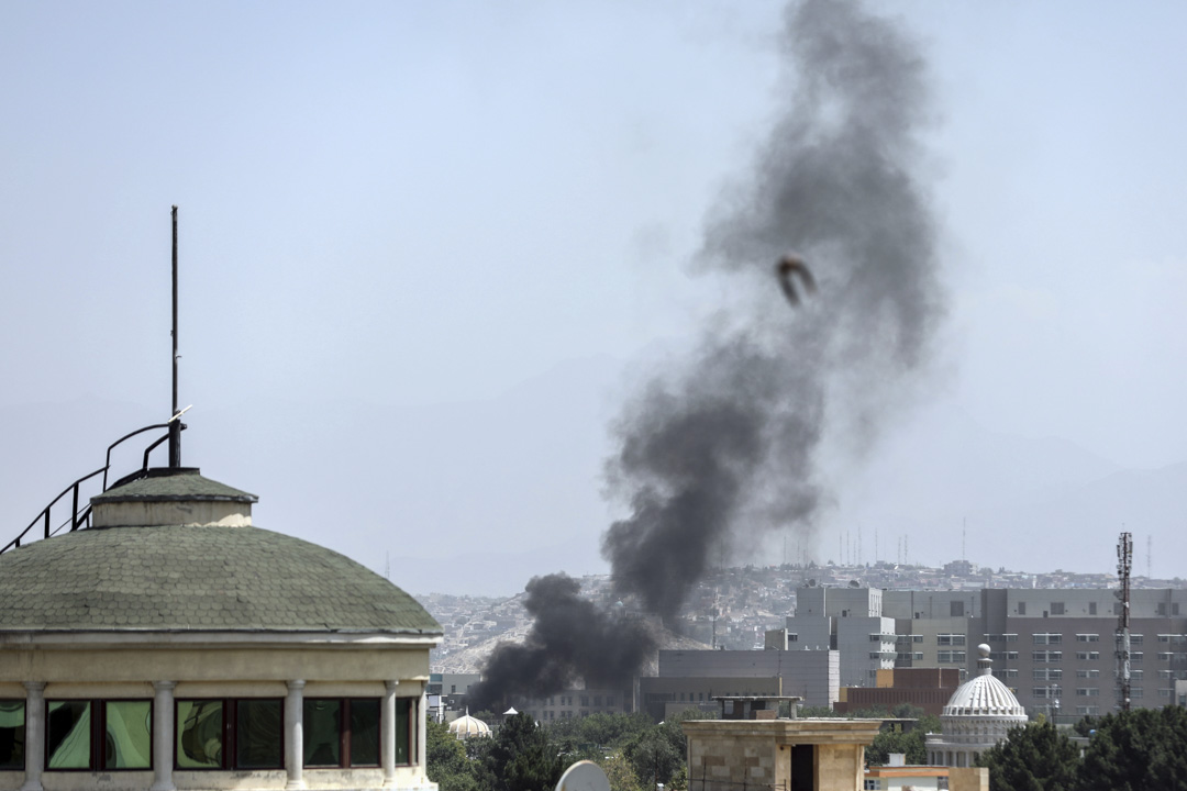 2021年 8月15日,美國駐阿富汗喀布爾大使館附近冒出濃煙。