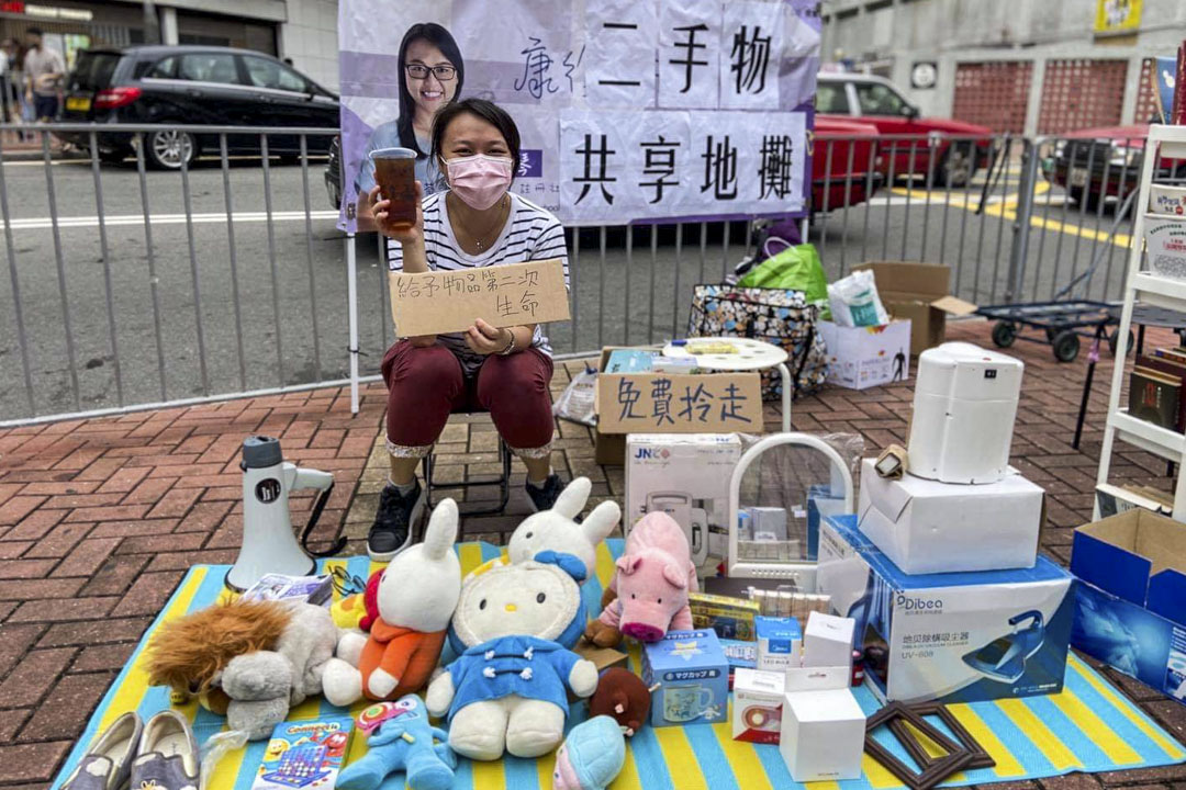 陳劍琴於社區內舉辦二手物共享地攤。
