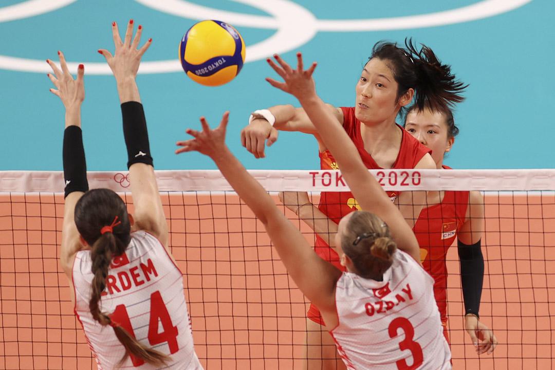2021年7月25日,女子排球預賽中,穿2號球衣的中國隊員朱婷在網前對陣土耳其隊。