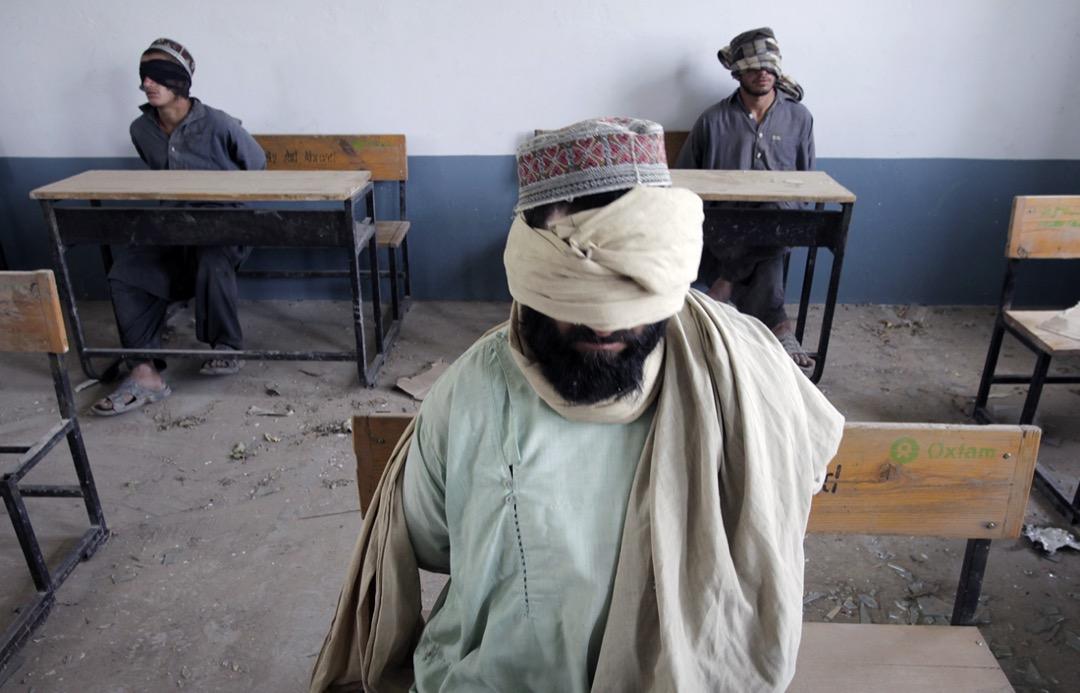 2010年7月9日,阿富汗坎大哈省北部一個村落,美軍士兵將數名懷疑塔利班武裝組織成員扣押在一所棄置的學校裏。