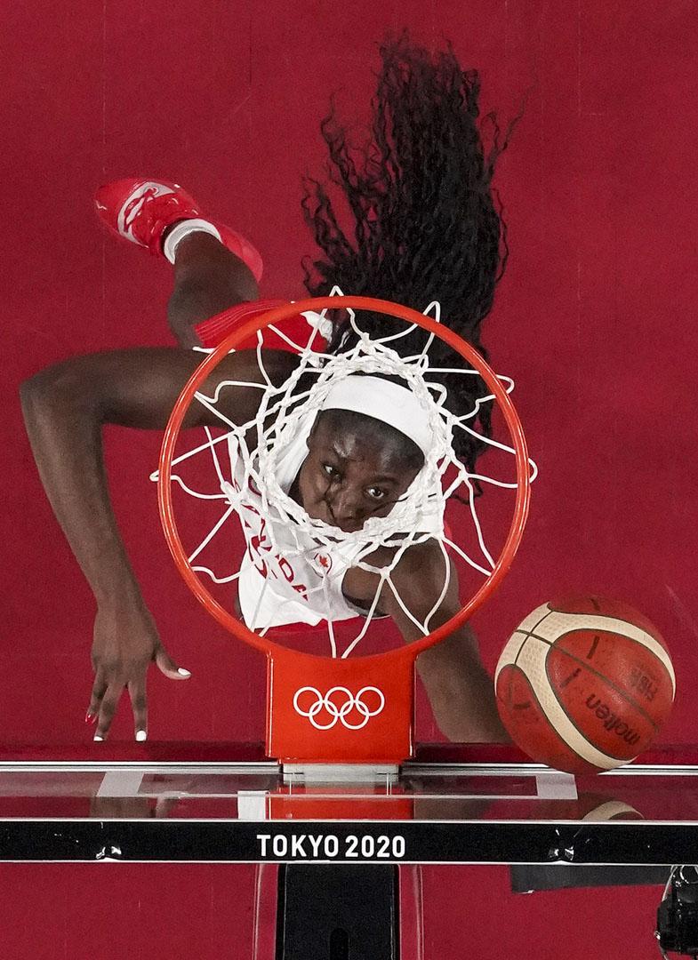 2021年8月1日,女子籃球初賽,加拿大代表隊隊員Laeticia Amihere在對法國的一場比賽中上籃取分。