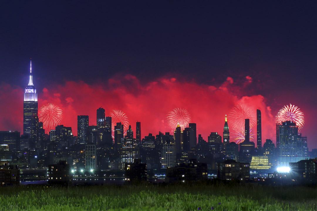 2021年7月4日,煙花在紐約天際線上盛放。 攝:Gary Hershorn/Getty Images