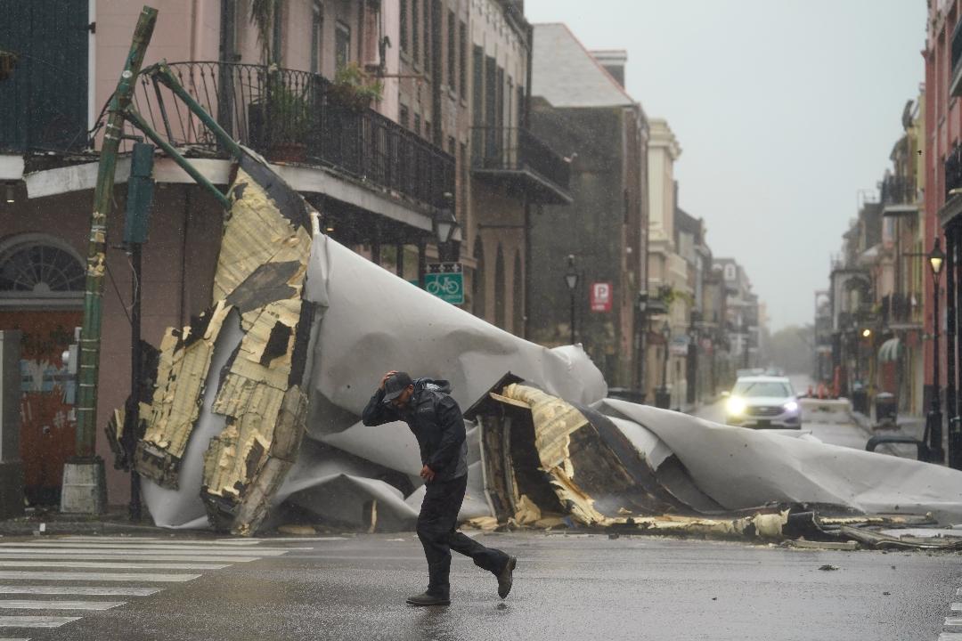 2021年8月29日,美國路易斯安納州新奧爾良,四級颶風艾達(Ida)吹落建築屋頂。 攝:Eric Gay/AP Photo