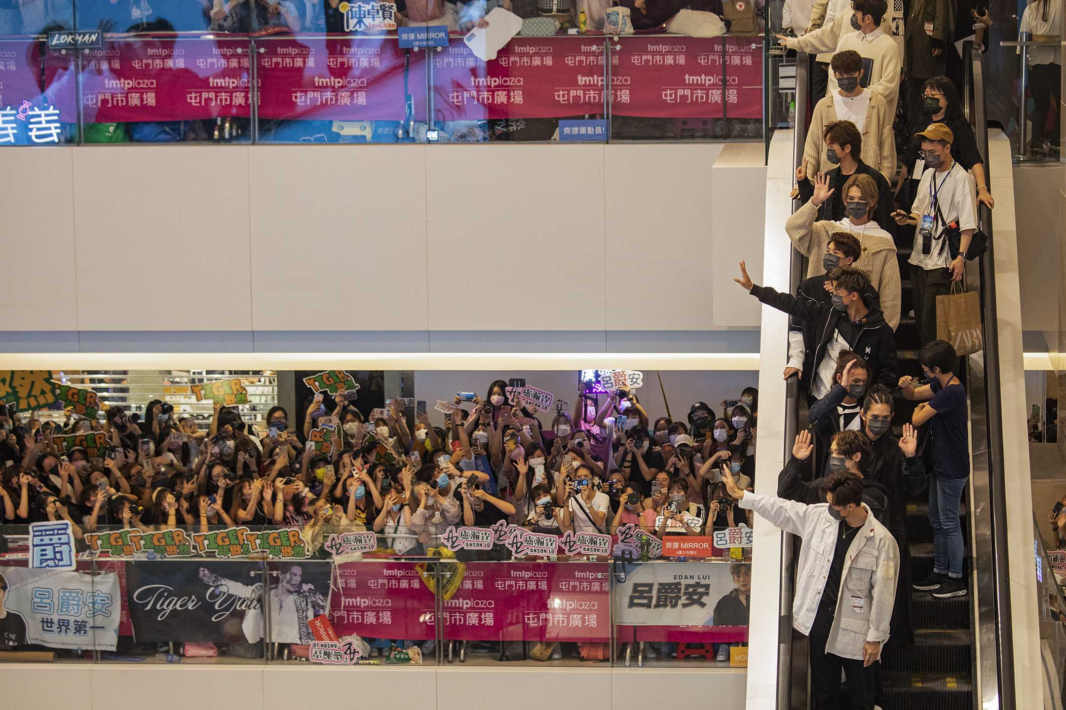 2021年7月23日香港屯門,男子組合Mirror和Error出席商場活動,與粉絲揮手。 攝:陳焯煇/端傳媒