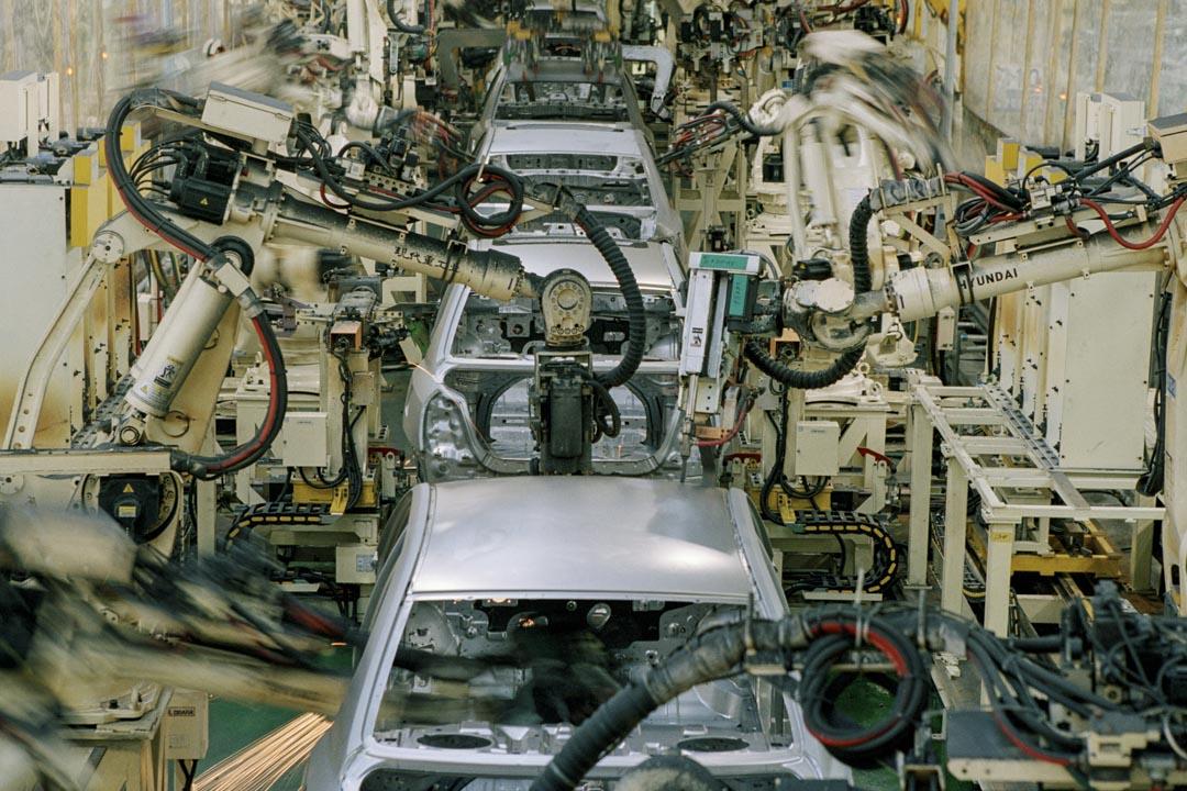 2005年9月14日,北京一間汽車工廠的機械臂焊接車架。