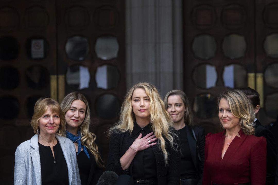 2020年7月28日,強尼.戴普針對英國報紙《太陽報》(The Sun)提起的誹謗訴訟案,安柏.赫德(Amber Heard)離開英國倫敦斯特蘭德皇家法院。