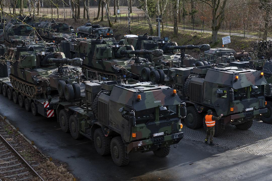 2020年2月12日在德國伯根市,美軍正運載一批 M109A6 自走砲,準備參與美歐聯合軍事演習 Defender-Europe 20。 攝:Philipp Schulze / picture alliance via Getty Images