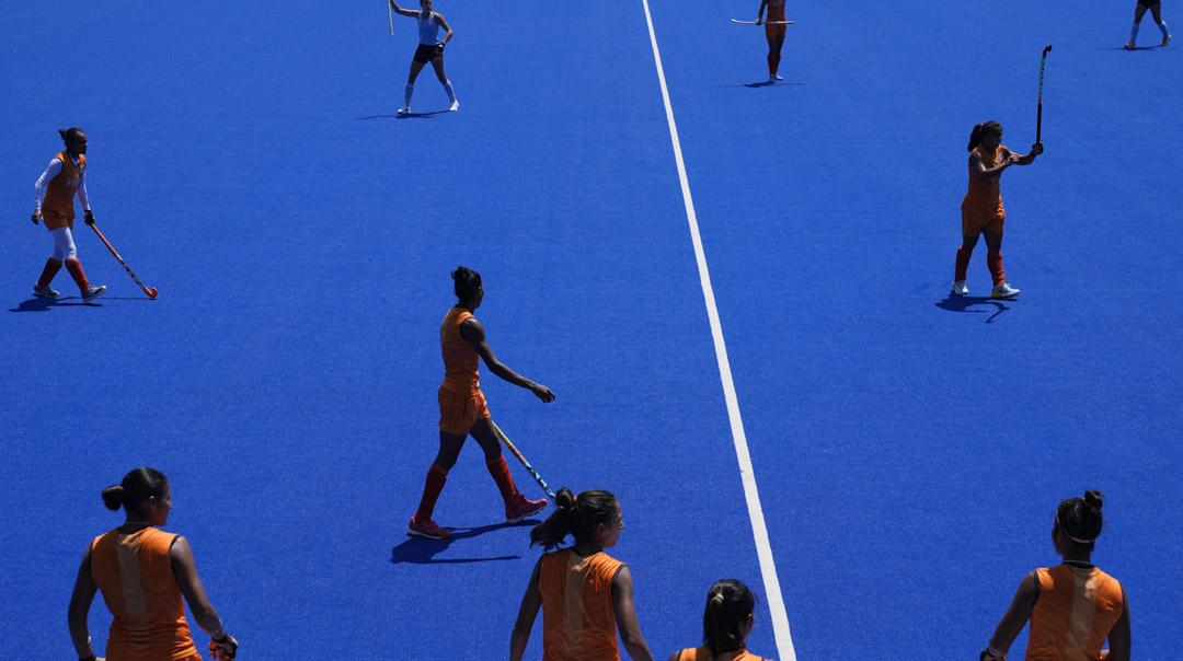 2021年7月22日,阿根廷與印度的曲棍球代表隊在比賽前熱身。