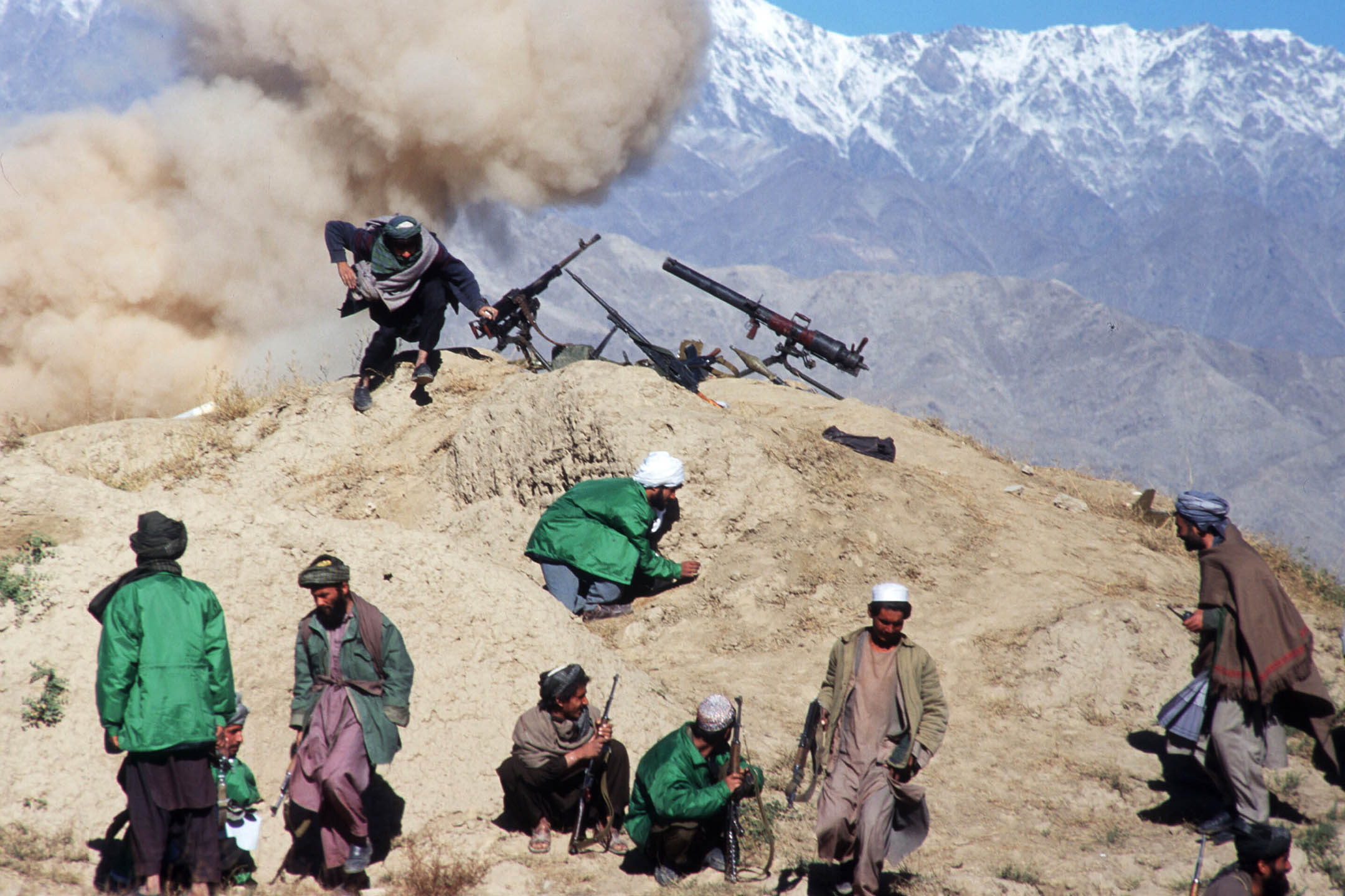 1996年10月21日,阿富汗喀布爾附近的塔利班軍隊成員在前線作戰。