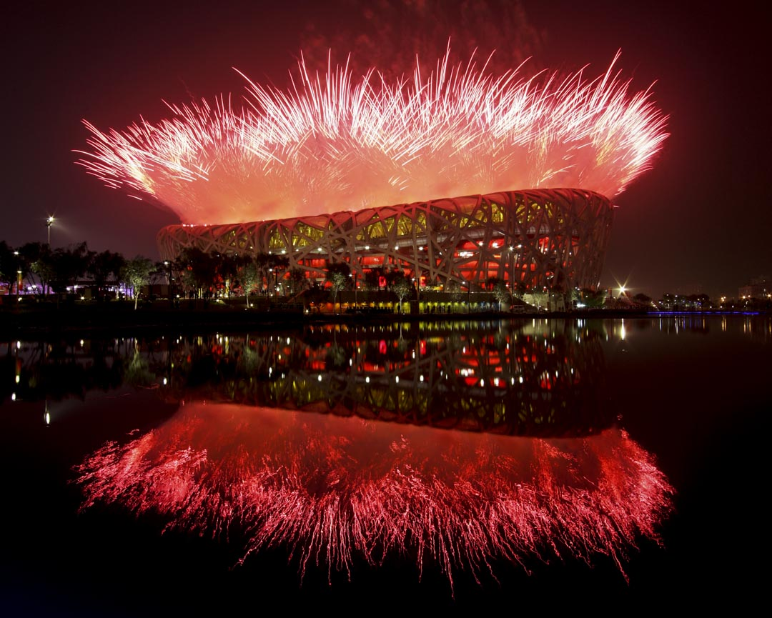 2008年8月8日,北京鳥巢舉行的奧運會開幕式上,煙花在上空盛放。