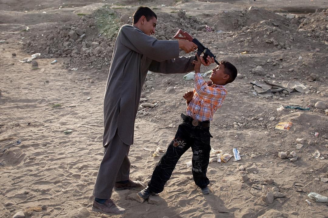 2009年9月21日,阿富汗首都喀布爾,開齋節的第二天,兩名男仔在街頭玩他們的新玩具槍。