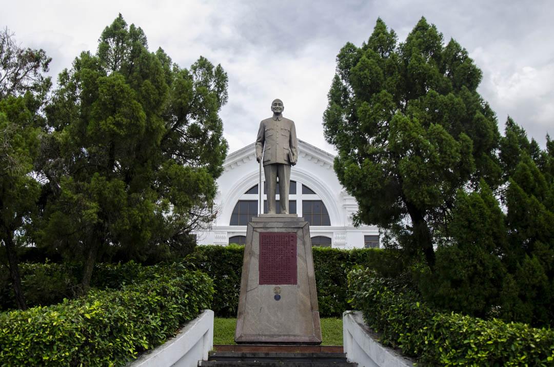 中興會堂前的蔣介石塑像。