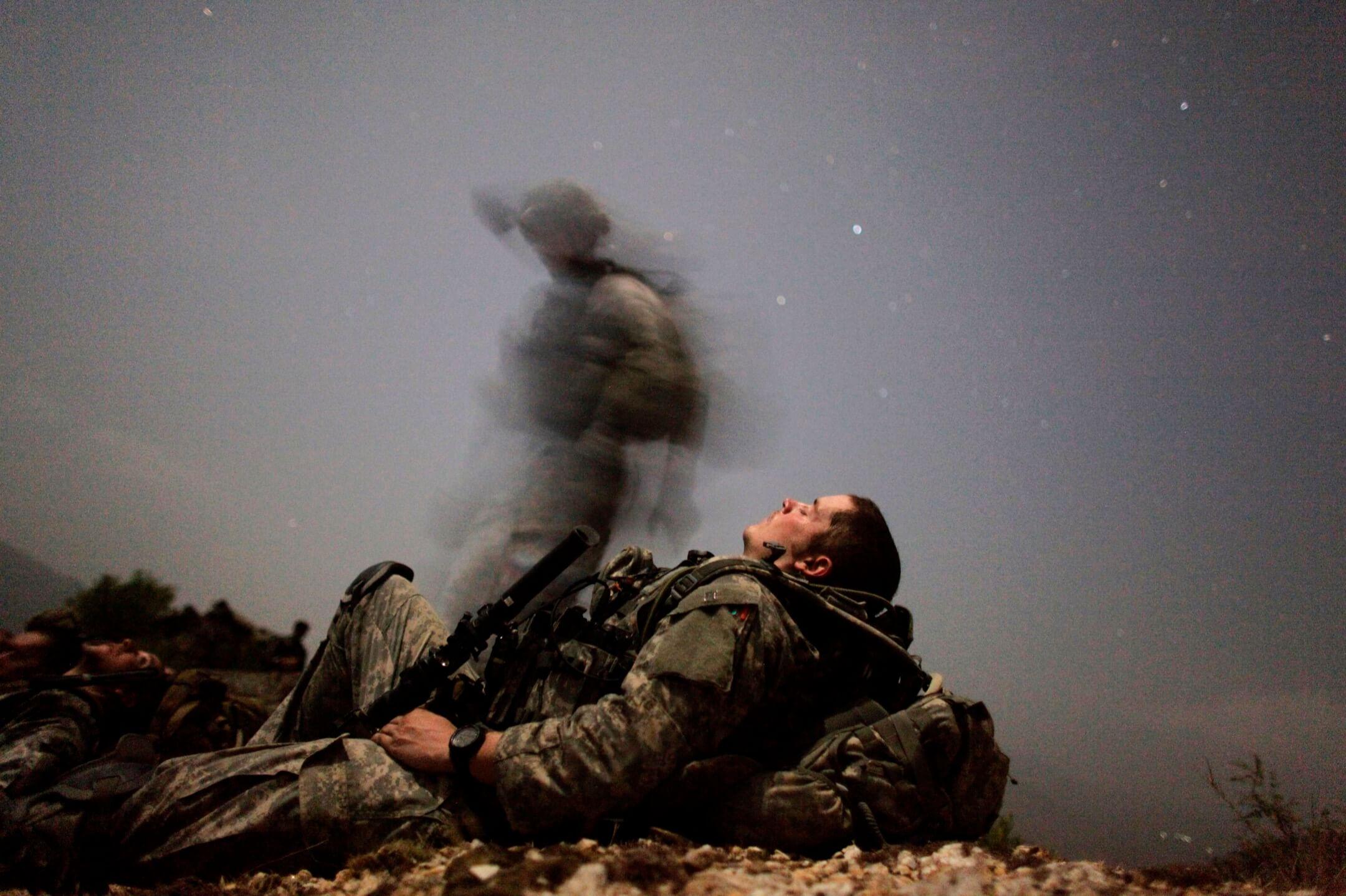 2009年8月12日,美軍山地勇士特遣隊步兵在庫納爾省佩什山谷的Honaker Miracle營地附近執行夜間任務時休息。 攝:Carlos Barria/Reuters/達志影像