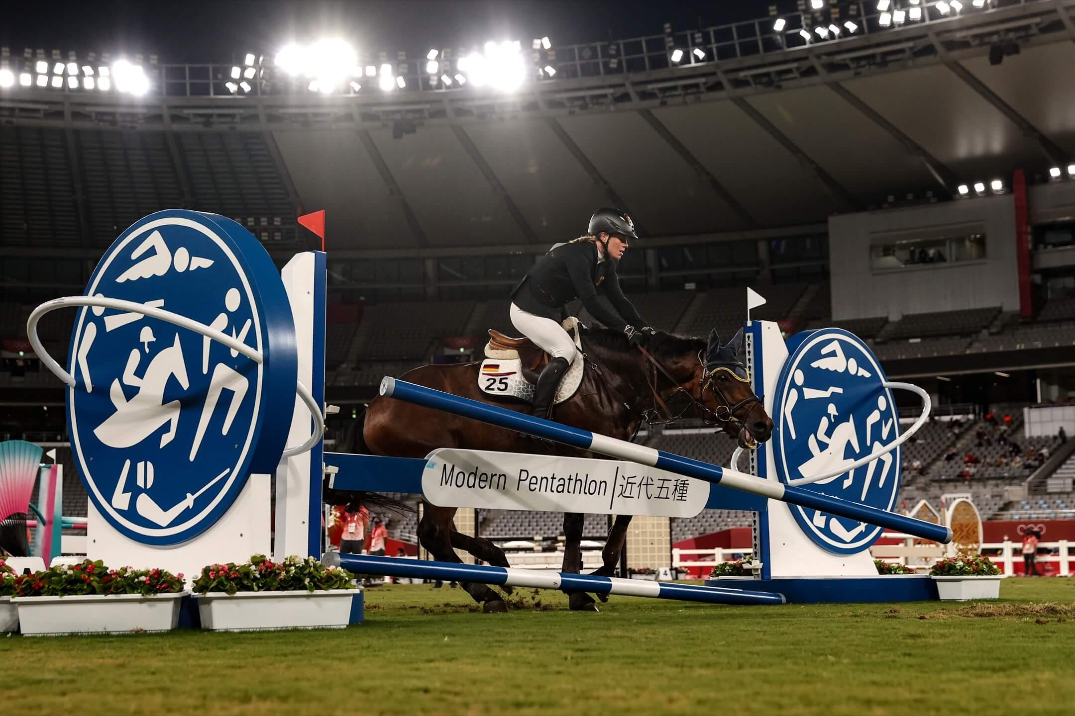 2021年8月6日,東京奧運,女子馬術現代五項賽事,德國隊的馬匹在比賽中沒有配合騎師施萊(Annika Schleu)的指示,跨欄失敗。 攝:Dan Mullan/Getty Images