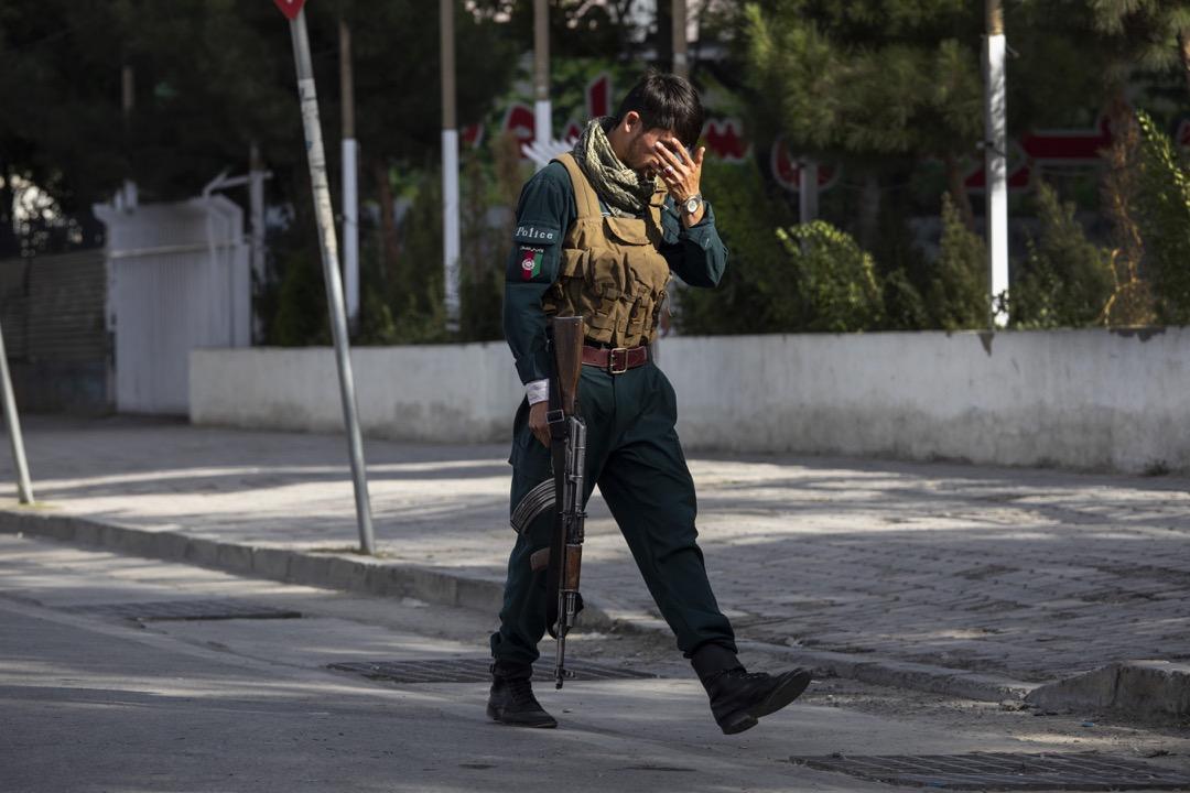 2021年8月13日,塔利班武裝分子奪取阿富汗第二大城市坎大哈後正步步逼近首都喀布爾。一名警員在喀布爾街道上巡邏。