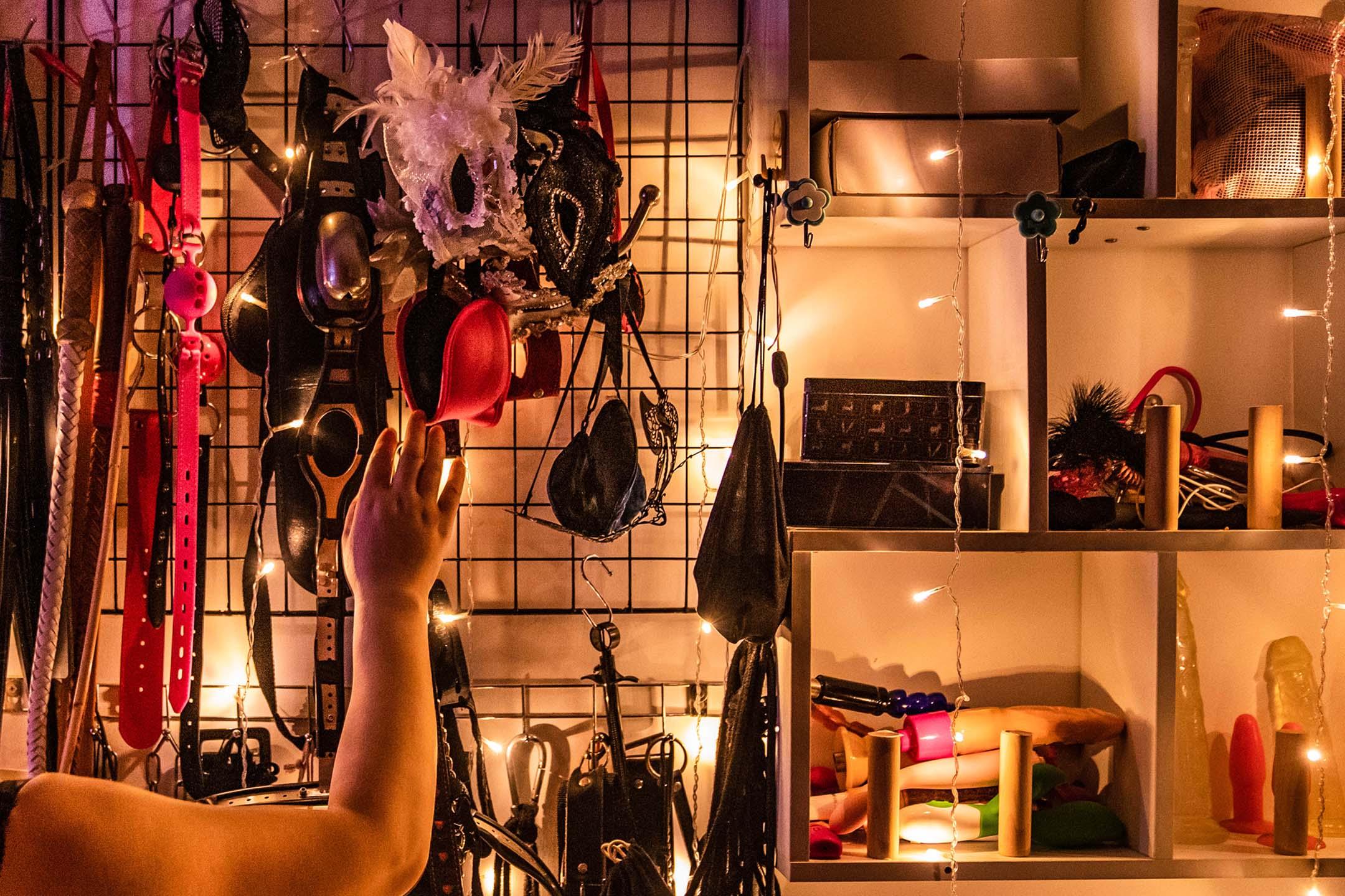 受訪者拿下其中一樣BDSM工具。 攝:林亦/端傳媒