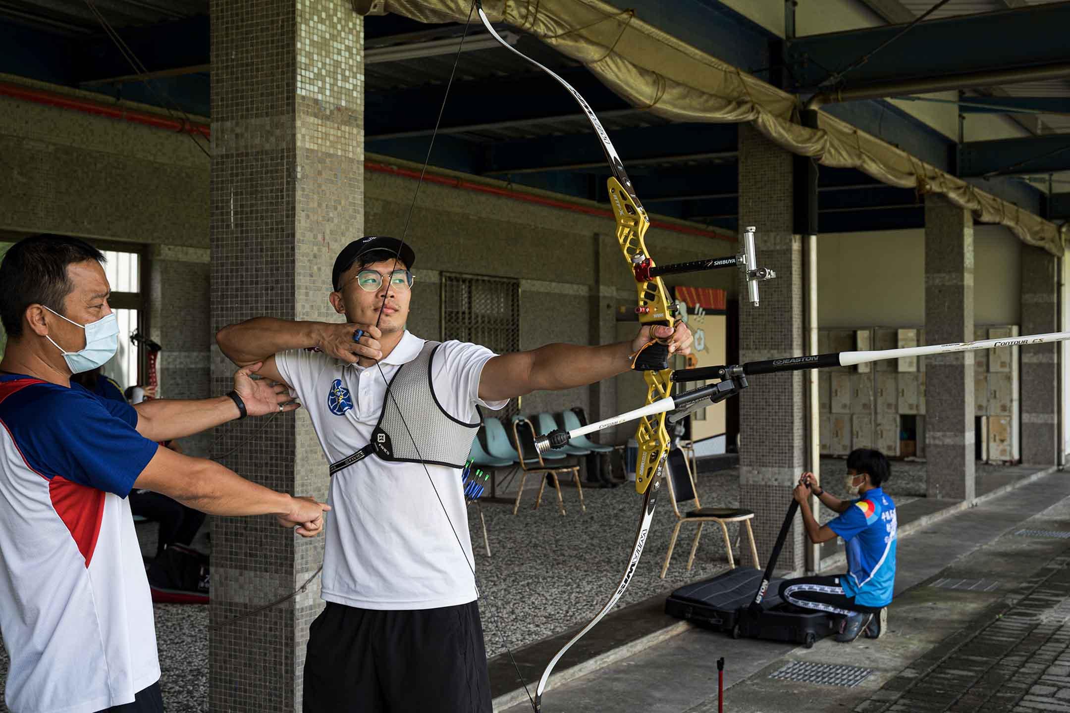 永豐高中射箭隊教練徐梓益(左)。