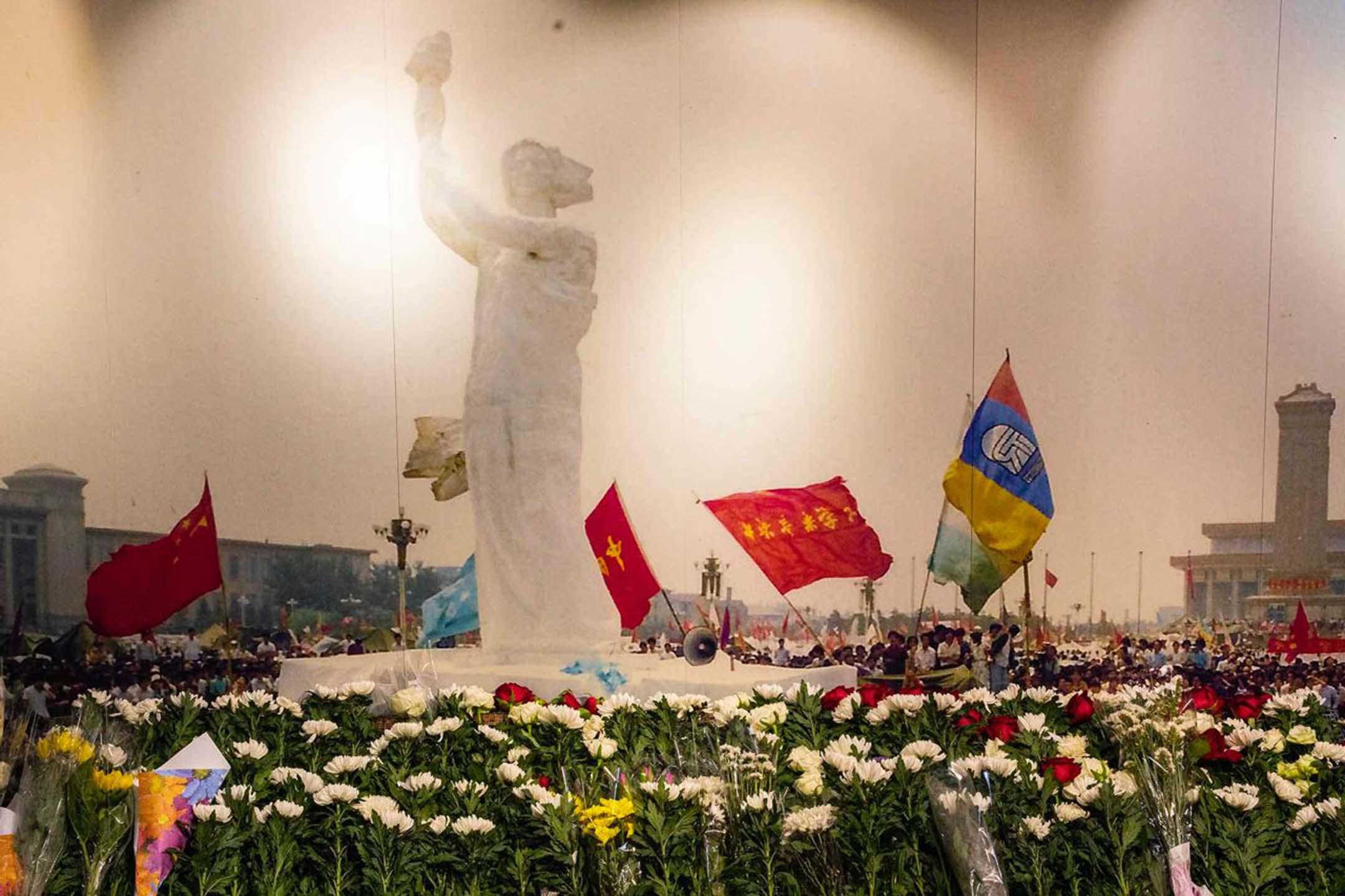 2021年6月2日香港六四紀念館,館內市民放滿了悼念的鮮花。 攝:陳焯煇/端傳媒
