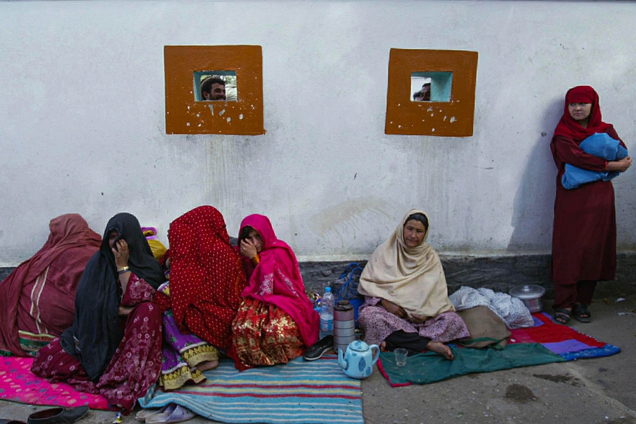2004年6月阿富汗喀布爾,準父親在分娩室門外等候,而婦女則被允許進入庭院。