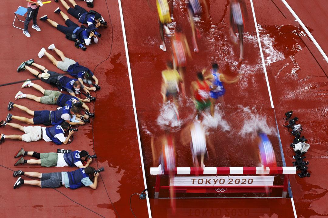 2021年7月30日,東京奧運男子3000米障礙賽預賽,攝影記者們趴在地上拍攝比賽。 攝:Richard Heathcote/Getty Images