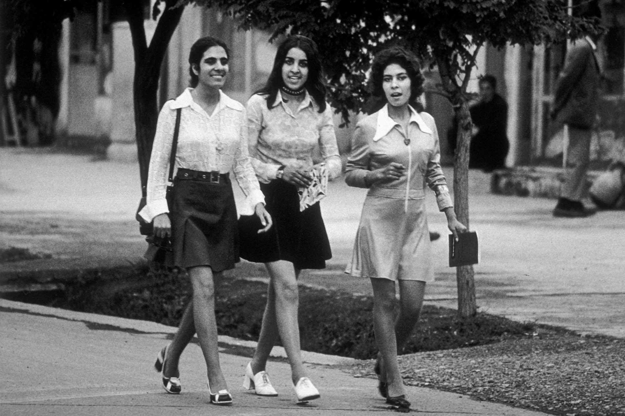 1972 年,年輕學生穿著迷你裙走在喀布爾市的街道上。