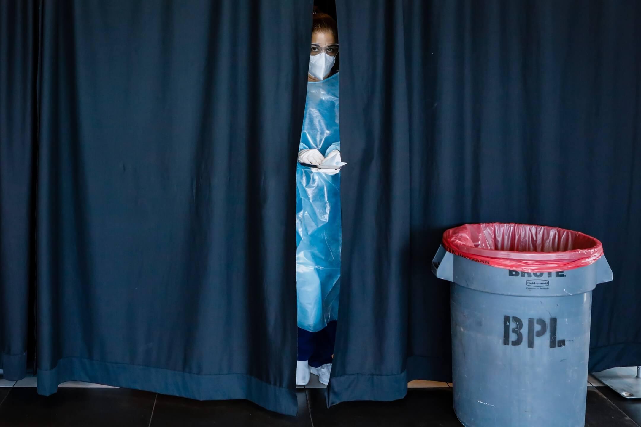 2021年8月5日,美國弗羅里達州邁亞密市,一名醫護人員準備為市民接種2019冠狀病毒疫苗。 攝:Eva Marie Uzcategui/Bloomberg via Getty Images