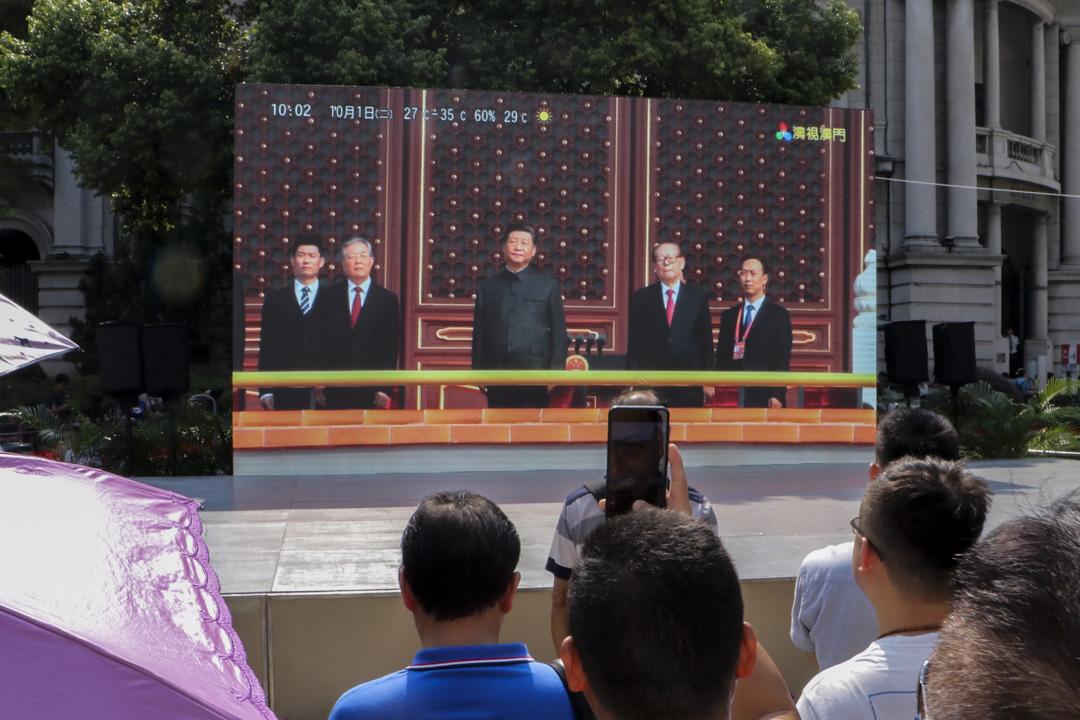 2019年10月1日,澳門議事亭前地直播國慶六十週年的慶典,引來途人圍觀。