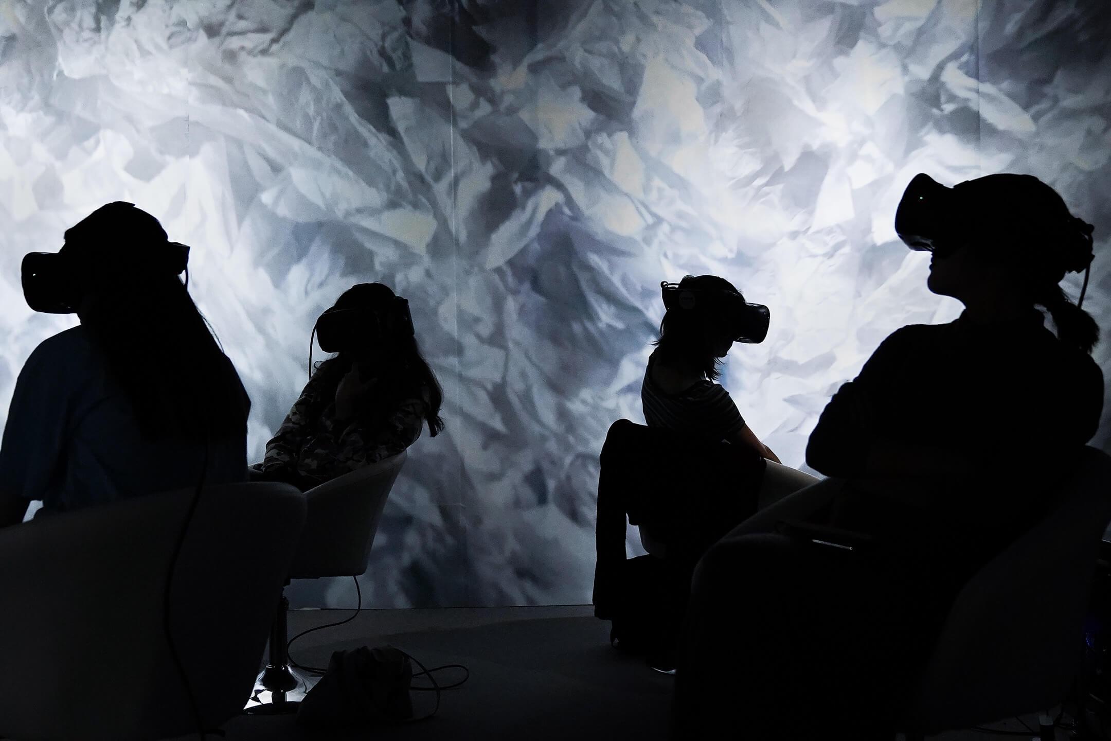 2019年北京國際電影節,參加者用眼罩觀看一套虛擬實境電影。 攝:Andrea Verdelli/Getty Images