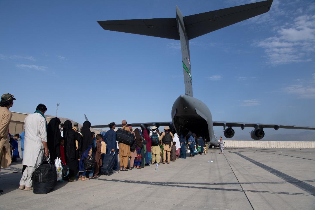 2021年8月24日,阿富汗喀布爾機場,人們排隊乘美國軍機離開。 攝:US Air Force/Reuters
