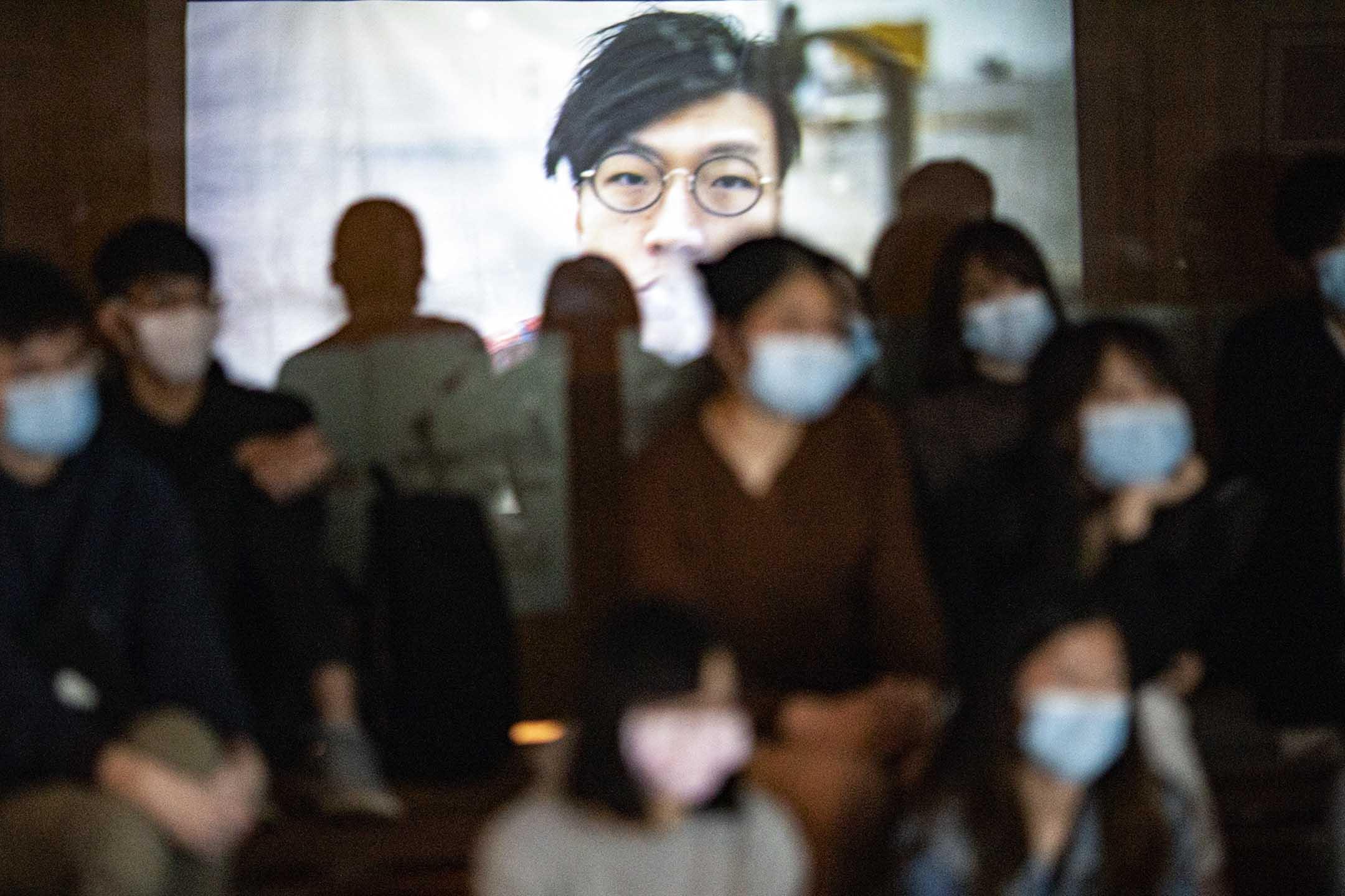 2021年2月3日香港大學,學生在觀看紀錄片《地厚天高》。