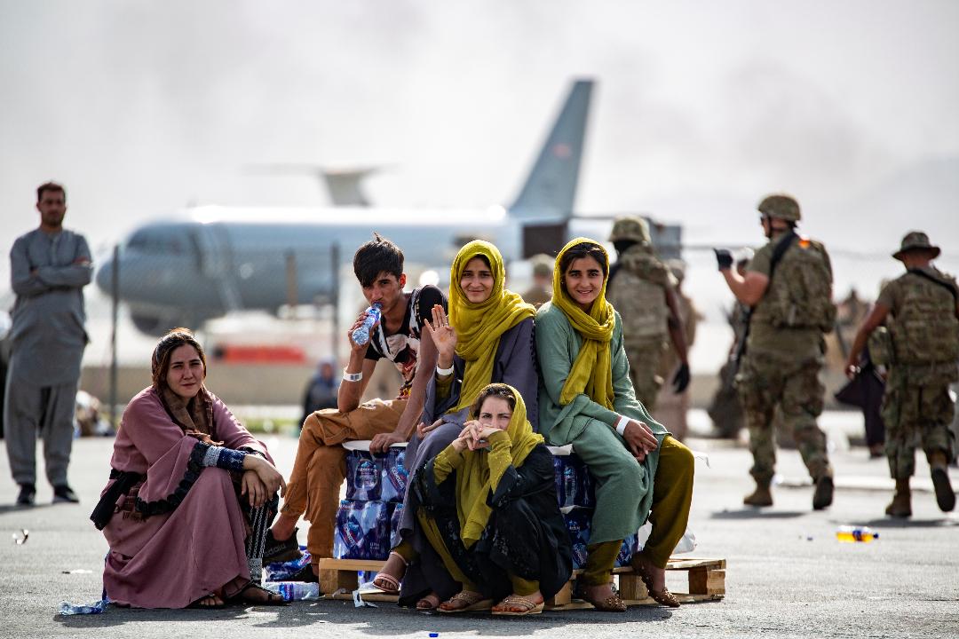 2021年8月19日,阿富汗喀布爾國際機場,阿富汗人等候離開該國的下一個航班。 攝:US Marine Corps/Reuters