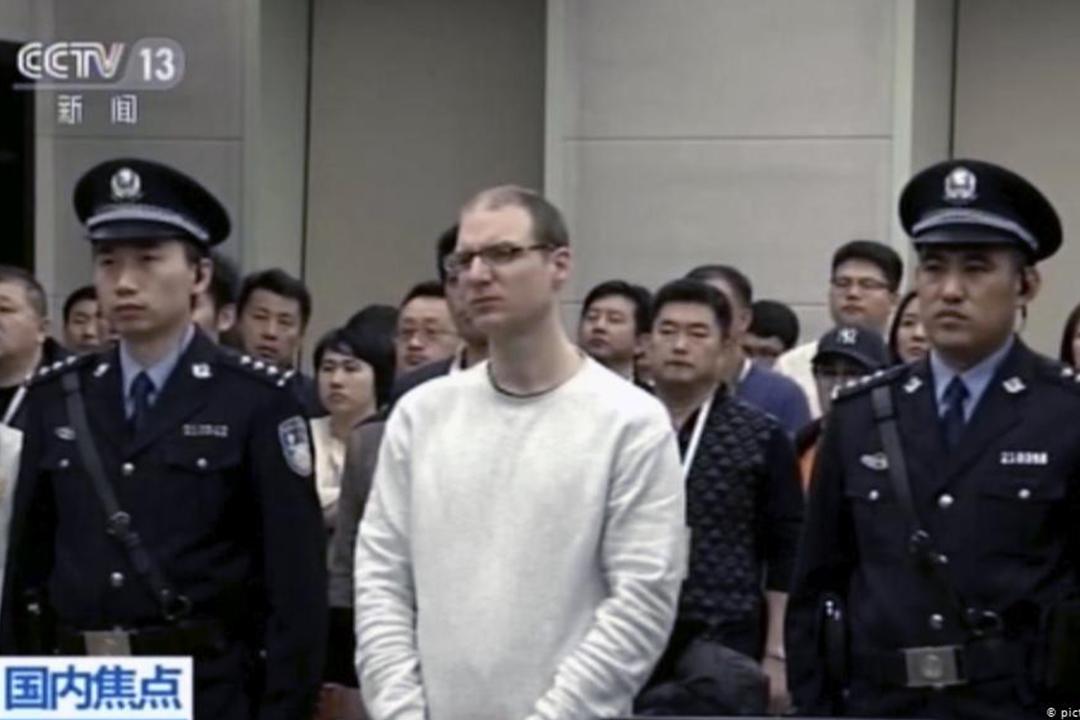 加拿大公民謝倫伯格(Robert Schellenberg)在中國法院接受審判。 圖片來源:中國央視新聞截圖