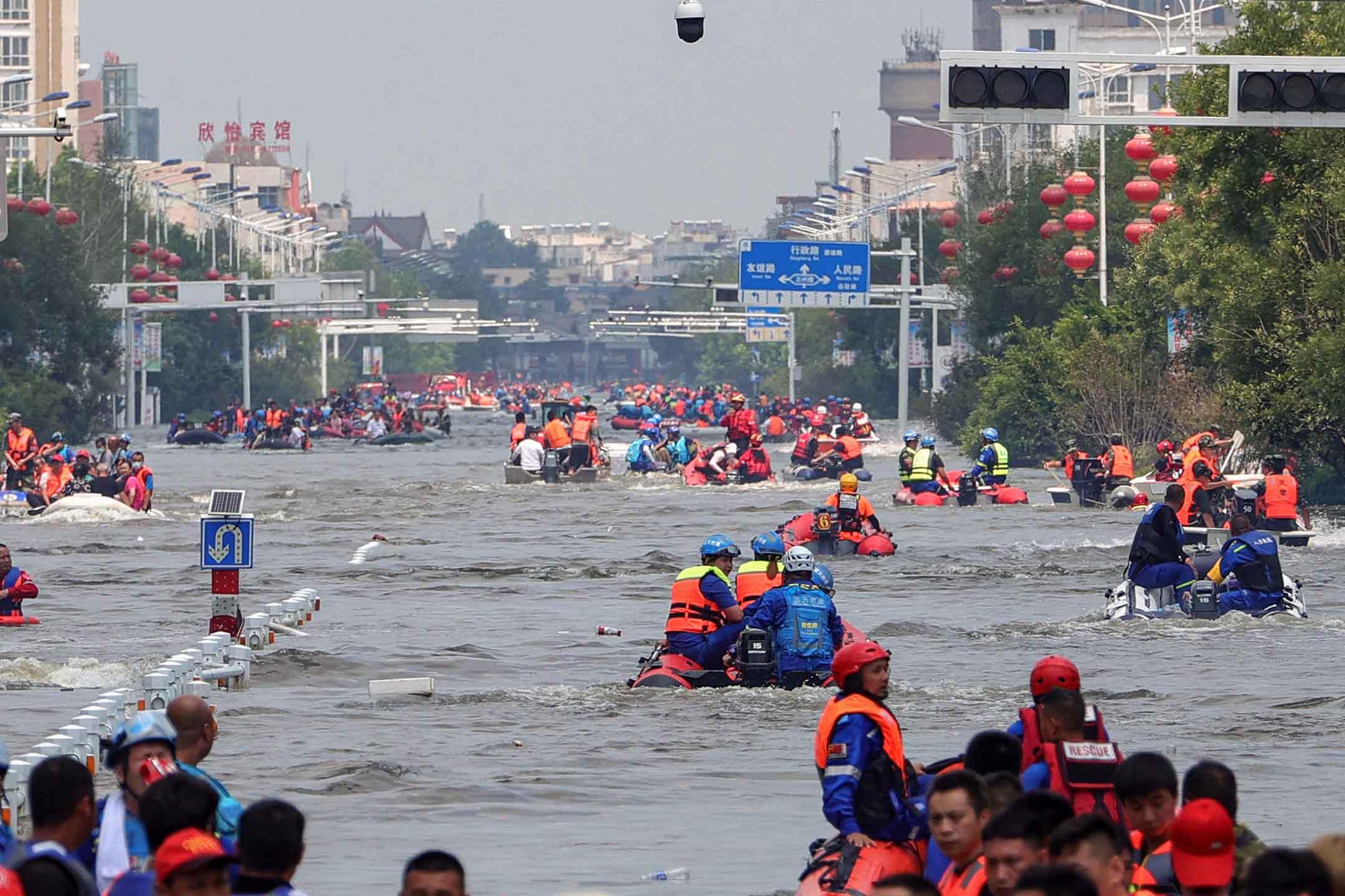 2021年7月26日中國河南省衛輝市,救援人員進行大規模疏散工作,將市民從洪水區轉移出來。